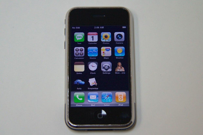 В Сети появились фото прототипа оригинального iPhone в чёрном цвете