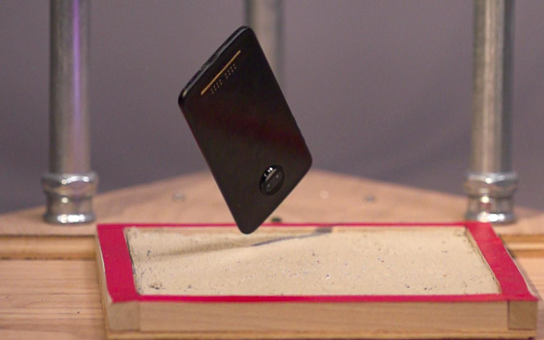 Эксперты назвали самые крепкие классические смартфоны