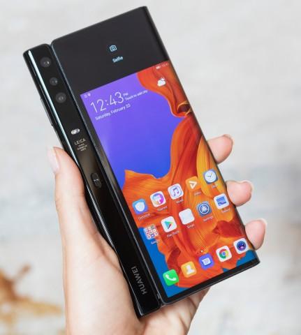 Компания Huawei представила смартфон сосгибающимся экраном
