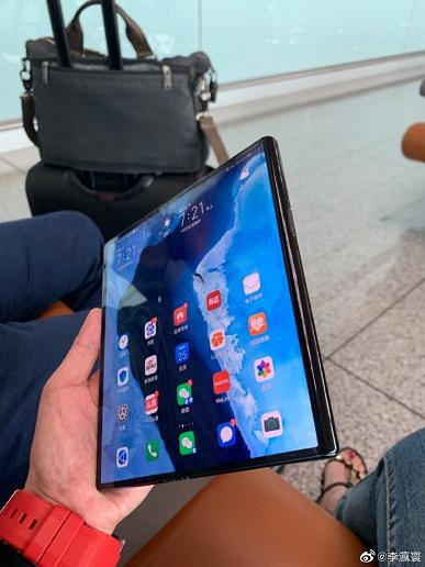 Складной Huawei Mate X заметили в руках руководителя Huawei