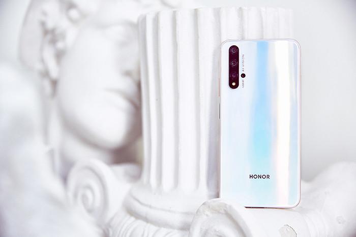 В России Honor 20 теперь предлагается в белом цвете