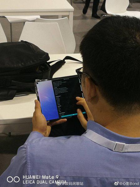 Первый планшет с врезанной камерой позирует на живых фотографиях