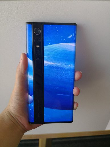 Уникальный Xiaomi Mi Mix Alpha показали на «живых» фотографиях