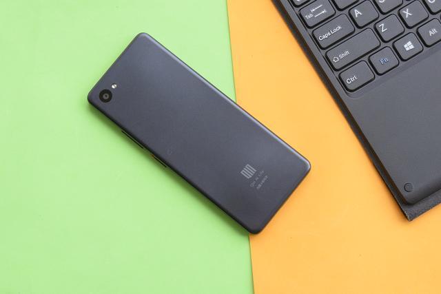 Компания Xiaomi презентовала новый вытянутый смартфон