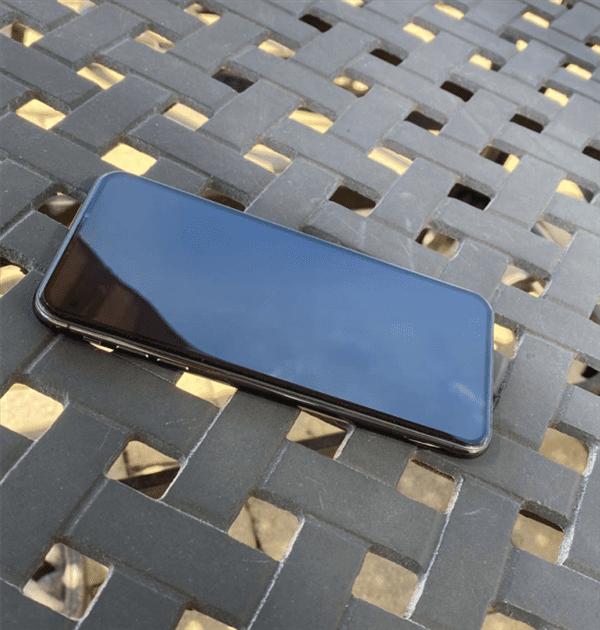 "На ""живых"" фото показали iPhone 12 без ""челки"""