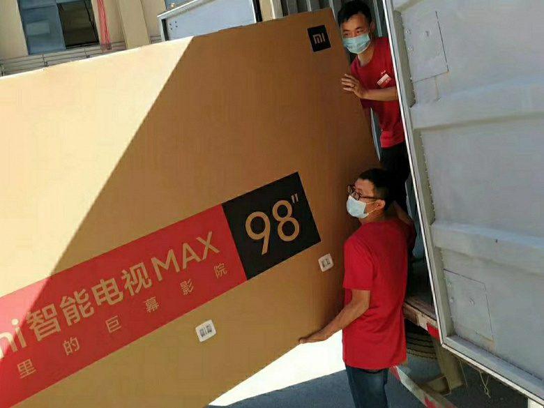 Спецкоманда и кран доставляют телевизоры Redmi покупателям