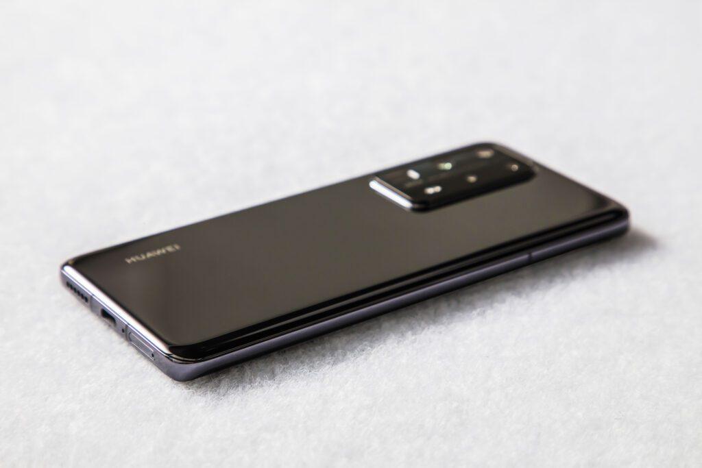 Huawei в РФ представила флагманский смартфон за 100 тыс. рублей