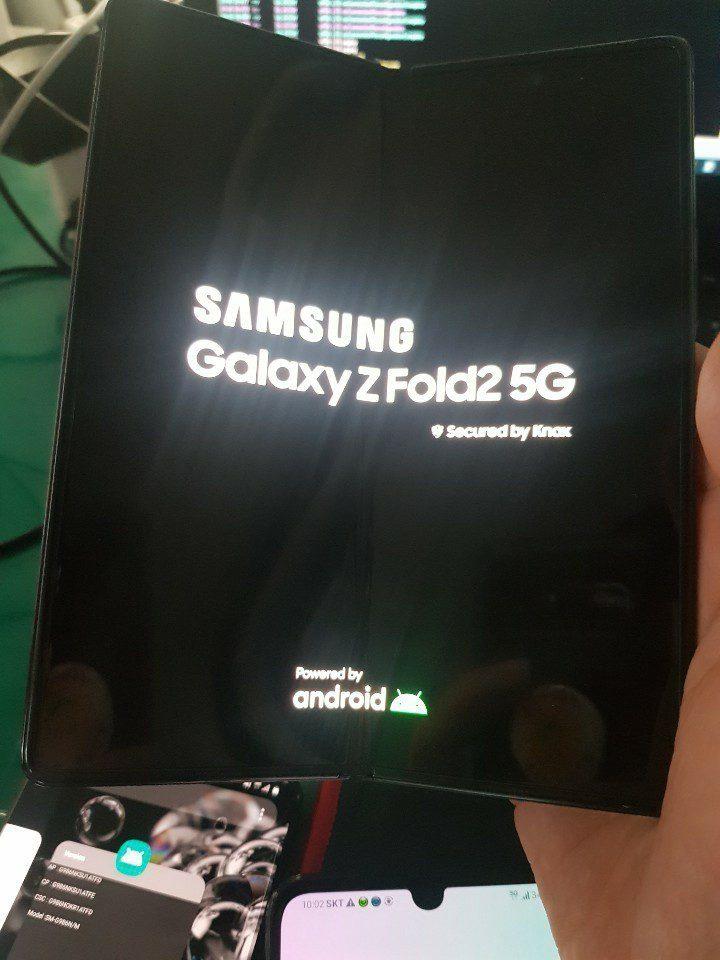 Складной Samsung Galaxy Z Fold 2 показали на первом живом фото
