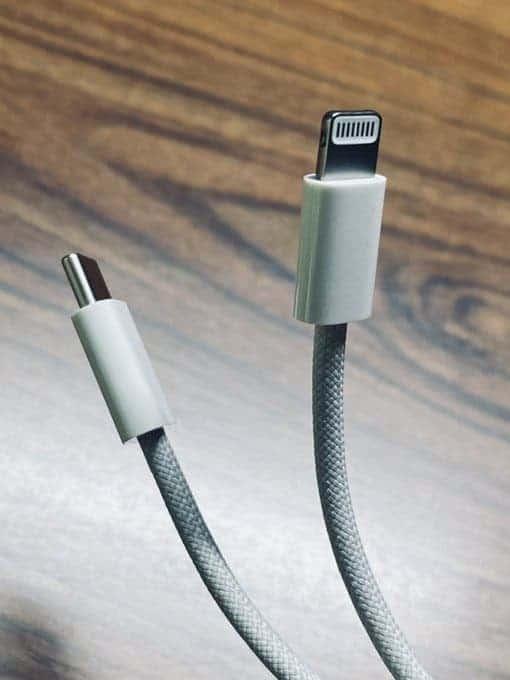 Тканевый кабель для зарядки iPhone 12 показали на фото