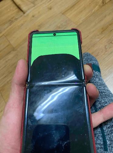 Гибкие дисплеи складных Samsung начали ломаться от мороза