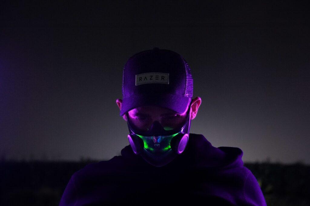 Razer запустила производство «умных» защитных масок с усилением голоса и подсветкой