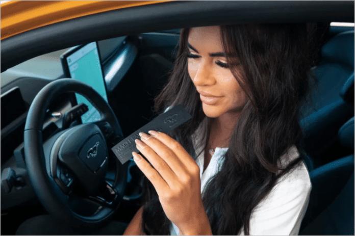 Духи Ford Mach-Eau нацелены на владельцев электромобилей, которые не могут избавиться от запаха бензина