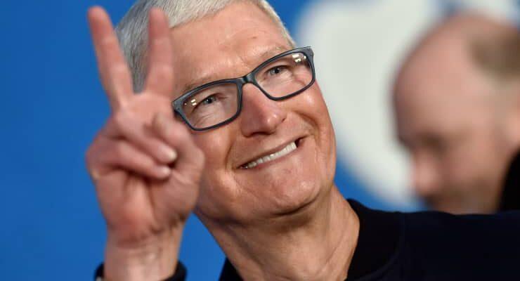 Тим Кук получил более пяти миллионов акций Apple на сумму 750 миллионов долларов