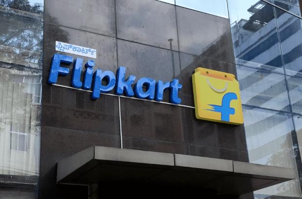 """Flipkart , отечественный онлайн-рынок Индии и крупнейший конкурент Amazon в стране, может быть оштрафован. Агентство Управления правопорядка, индийское агентство по борьбе с финансовыми преступлениями, попросило Flipkart, принадлежащую Walmart, и его основателей объяснить, почему ему не должен грозить штраф в размере 1,35 миллиарда долларов. Офис Flipkart Агентство заявляет о нарушении законов об иностранных инвестициях, говорится в сообщении Reuters, в котором в качестве источника цитируются три человека и должностное лицо агентства. Неназванный чиновник агентства говорит, что дело касается расследования утверждений о том, что Flipkart привлекала иностранные инвестиции, а связанная сторона, WS Retail, затем продавала товары потребителям на своем веб-сайте для покупок, что было запрещено законом. Развитие происходит в то время, когда Flipkart уже сталкивается с проблемами регулирования, ужесточением ограничений и антимонопольными расследованиями в Индии. Кроме того, растет количество жалоб от мелких продавцов. Уведомление компании было отправлено в прошлом месяце офисом агентства в Ченнаи. Наряду с Flipkart, его основатели Sachin Bansal и Binny Bansal, а также инвестор Tiger Global получили уведомление о так называемых «причинах показа». В нем предлагается объяснить, почему им не должен грозить штраф в размере 100 миллиардов драм (примерно 1,35 миллиарда долларов) за упущения. Сообщается, что у них есть 90 дней, чтобы ответить на уведомление. Комментируя это событие, представитель Flipkart сказал Reuters, что компания «соблюдает индийские законы и постановления», добавив, что компания «будет сотрудничать с властями, поскольку они рассматривают этот вопрос, относящийся к периоду 2009-2015 гг. их уведомление. """" Управление правоприменения в Индии в течение многих лет расследовало деятельность гигантов электронной коммерции Flipkart и Amazon на предмет якобы обхода законов об иностранных инвестициях, которые строго регулируют мультибрендовые розничные продажи и ограничи"""